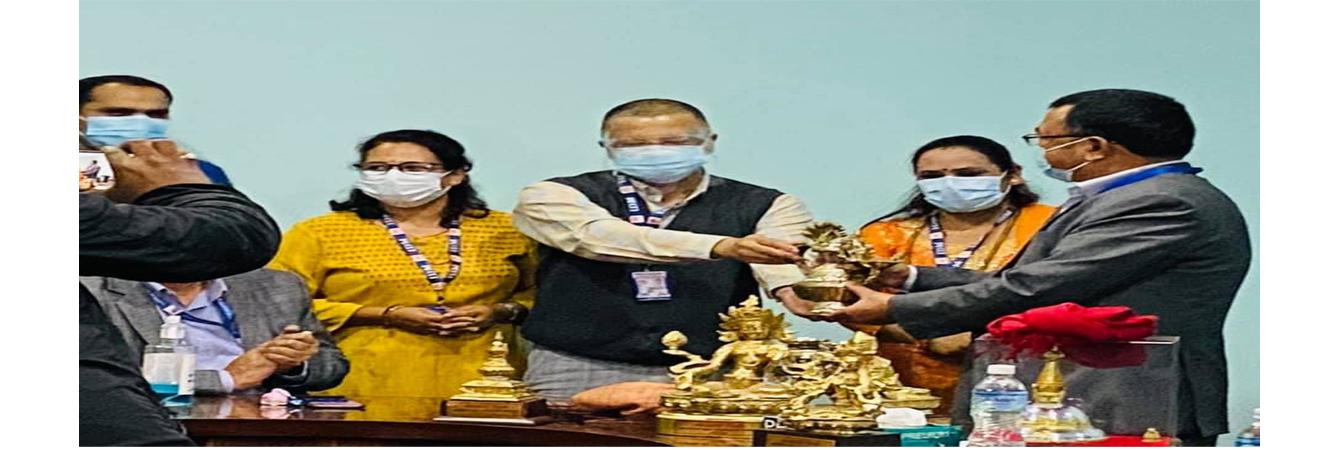 अवकाश प्राप्त हुने दिन निर्देशकज्यूबाट  श्री दिलिप कुमार श्रेष्ठज्यूलाई उपहार दिई सम्मान  गरेकाे